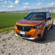 Nuova Peugeot 2008: il piccolo SUV è cresciuto e torna a graffiare | Video